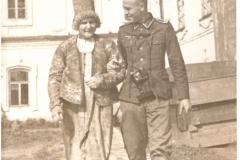 Dr. Hanke mit Smolenskerin 1943