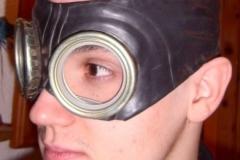 Adam mit Gasmaskenbrille