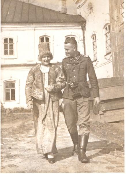 Dr. Hanke mit Smolenskerin 1943 Kopie